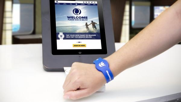 Le bracelet muni d'une puce RFID vous permet d'accéder à votre cabine mais aussi effectuer vos achats à bord.