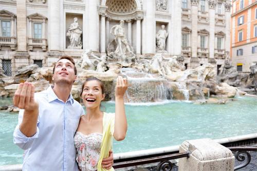 jeter une pièce dans la fontaine de trevi à Rome