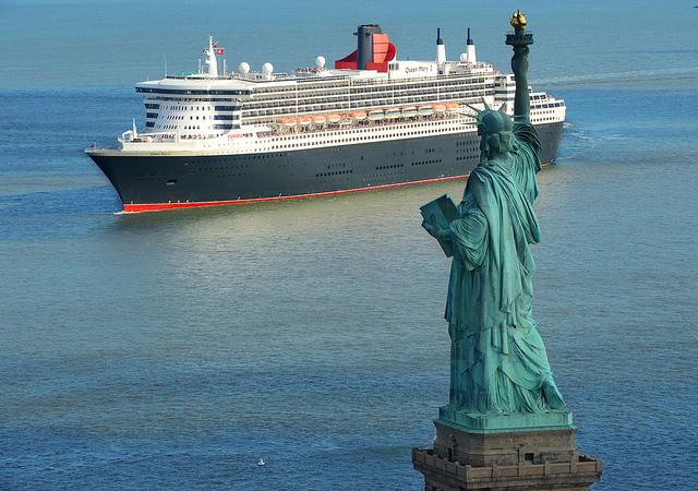 arrivée à New York du navire de luxe de Cunard le queen mary 2