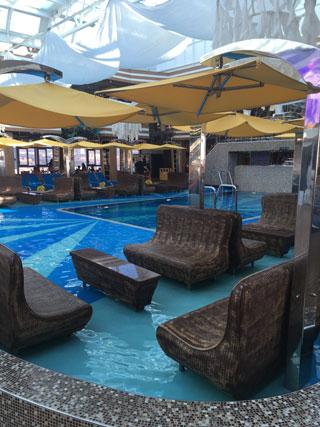 piscine et bar les pieds dans l'eau sur le costa diadema