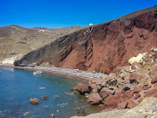 plage rouge santorin