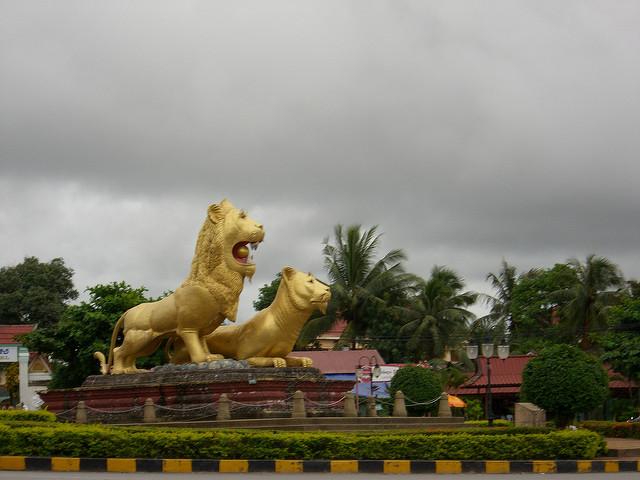 statue golden lions Sihanoukville
