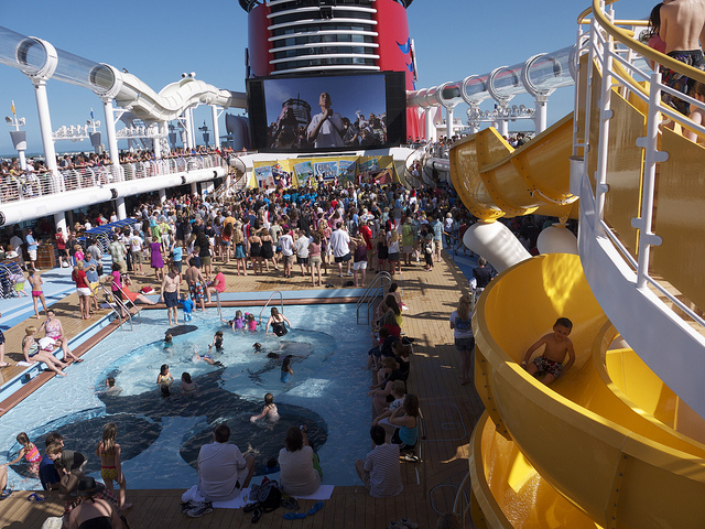 piscine et toboggan Disney cruise line